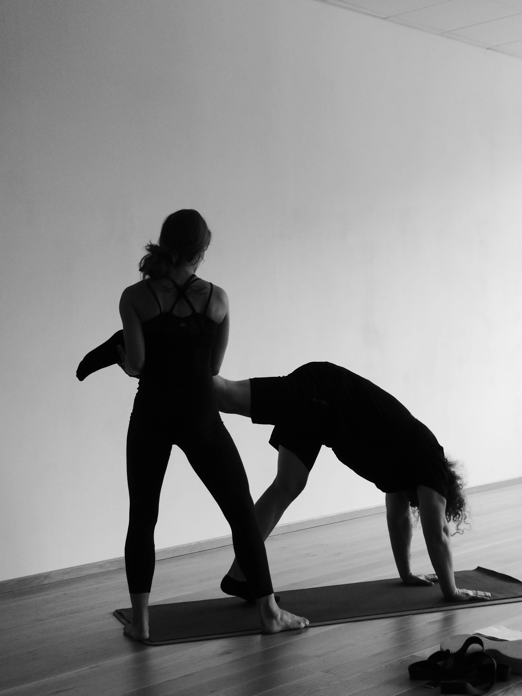 Handstand-Übung in der Yoga-Session mit Franzy Deutscher auf dem Bewegungsfestival