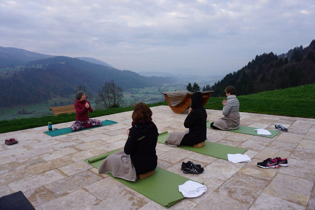 Franzy lehrt Yoga im Spa Hotel Bergkristall
